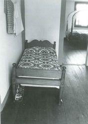 Low-Post Bedstead
