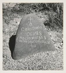 A grave marker of uncut field stone