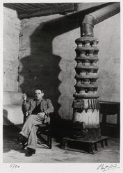 Picasso a cote du poele dans l'atelier des Grands Augustins