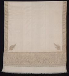 Shawl with interlocking twill tapestry borders