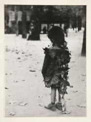 Petite fille aux feuilles mortes, Paris